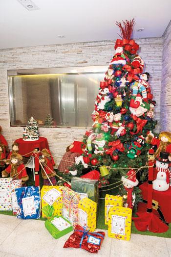 Árvore de Natal reúne brinquedos doados pelos sócios