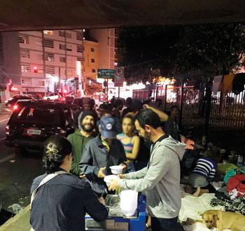 Sócios do Paulistano distribuem sopa aos moradores de rua no centro de São Paulo